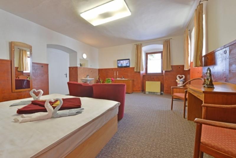 Die Doppel , Einzel  Und Etagenbetten Sind Mit Einem Fernseher Und Einem  Gemeinsamen Kühlschrank Ausgestattet.